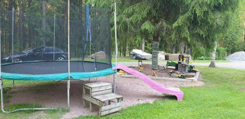 Leikkipaikka ja trampoliini